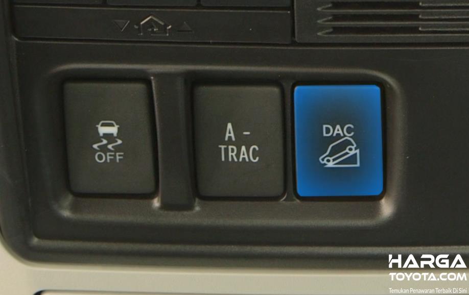 Gambar ini menunjukkan tombol untuk aktifkan fitur DAC dan tombol lainnya pada mobil