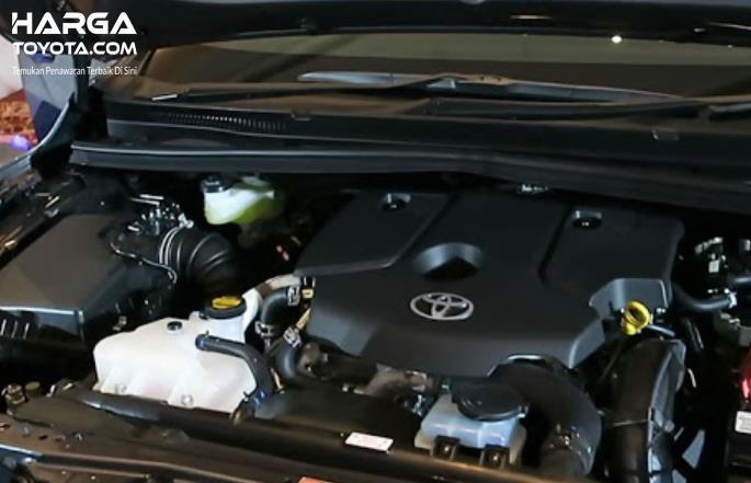 Gambar ini menunjukkan mesin mobil Toyota Kijang Innova