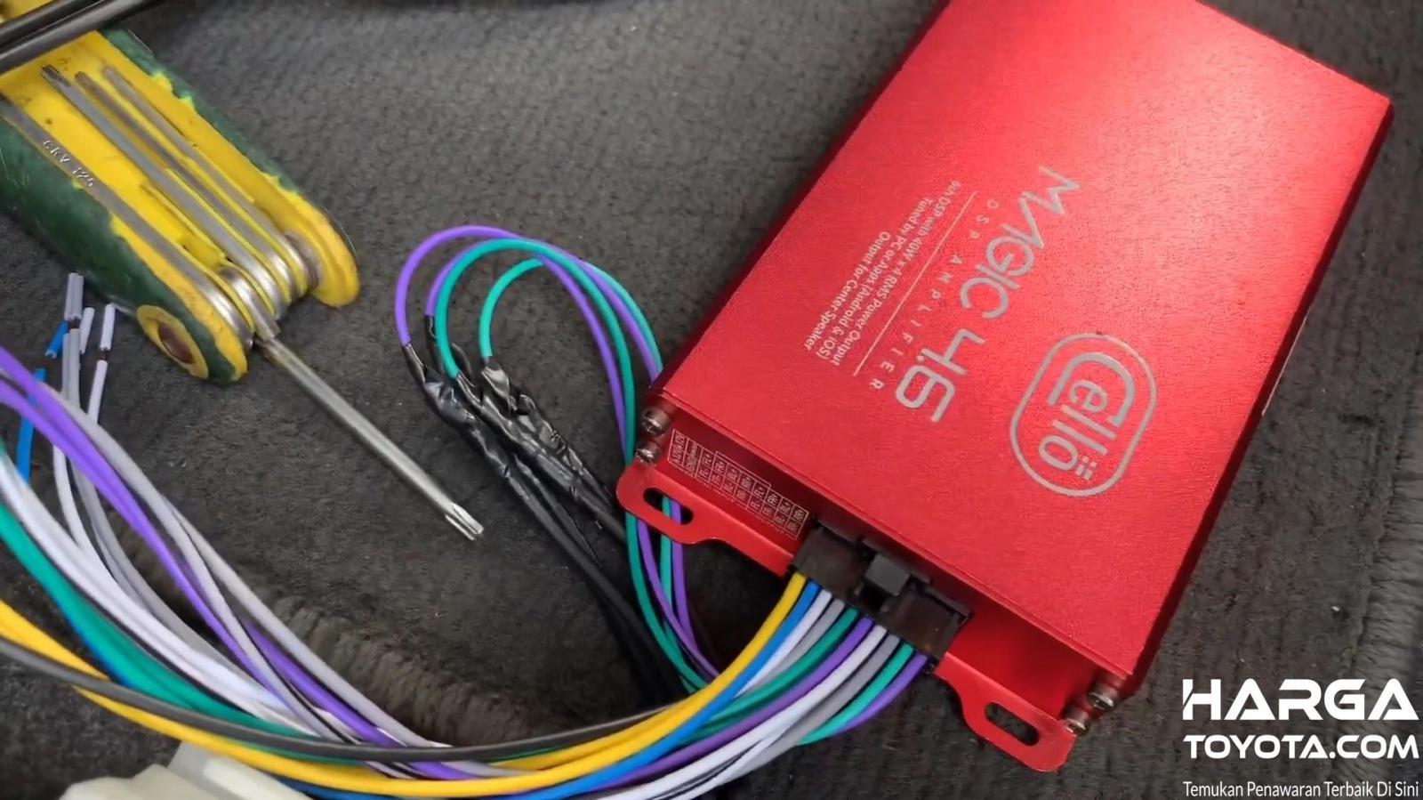 gambar ini menunjukkan prosesor Audio mobil warna merah