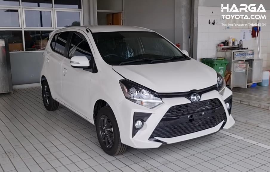 Gambar ini menunjukkan mobil Toyota Agya putih tampak depan