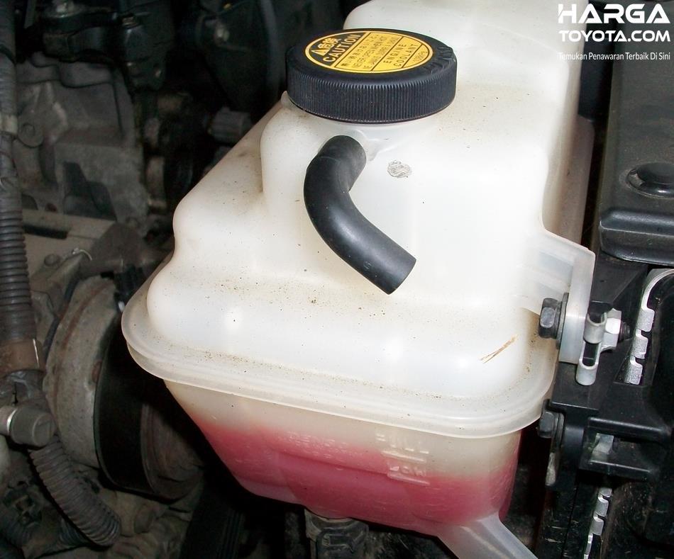 Gambar ini menunjukkan tabung reservoir untuk air radiator mobil