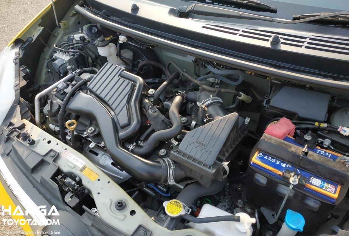 Gambar ini menunjukkan mesin mobil Toyota Agya