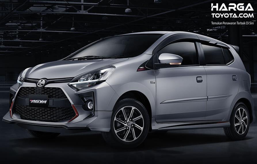 Gambar ini menunjukkan mobil Toyota Agya dari samping dan depan