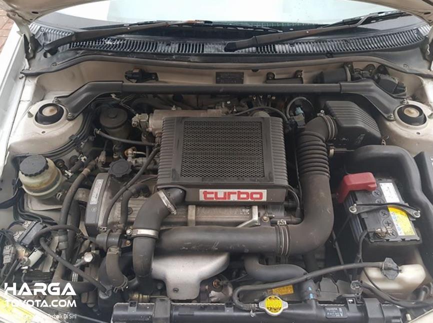 Gambar ini menunjukkan mesin mobil Toyota Starlet Turbo