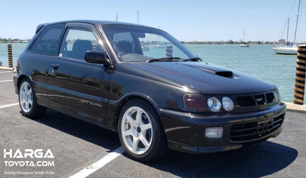 Gambar ini menunjukkan Toyota Starlet GT Turbo tampak depan dan samping