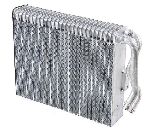 Gambar ini menunjukkan kondensr AC mobil