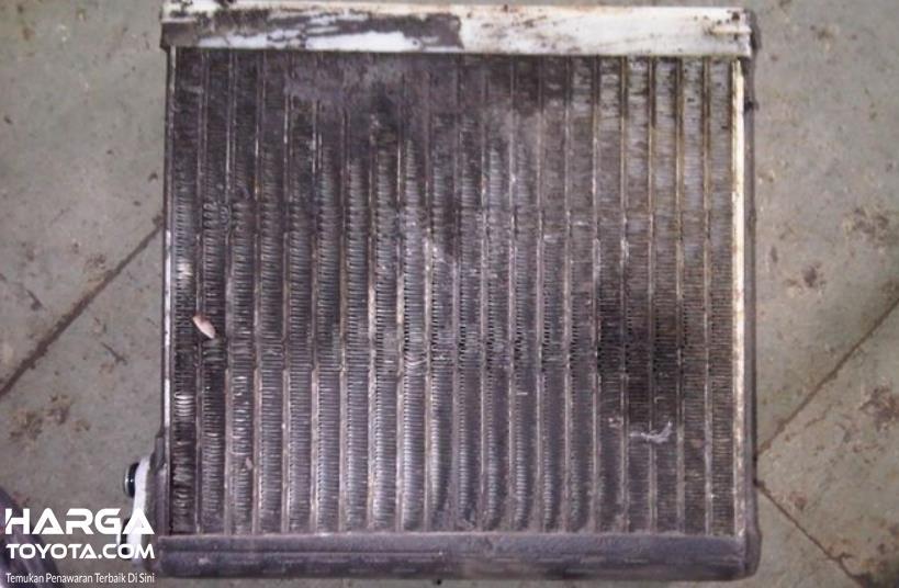 Gambar ini menunjukkan kondensor AC mobil kotor