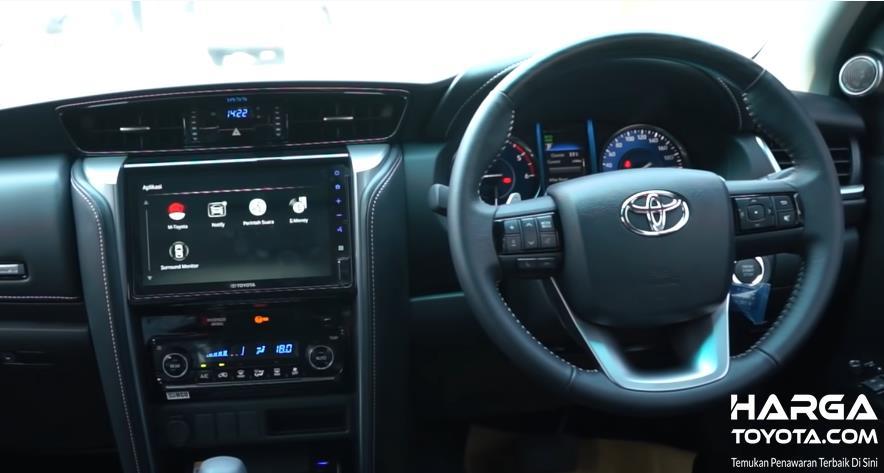 Gambar ini menunjukkan dashboard mobil Toyota Fortuner