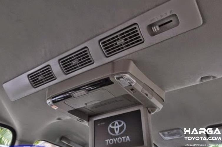 Gambar ini menunjukkan kisi-kisi AC mobil di bagian atap