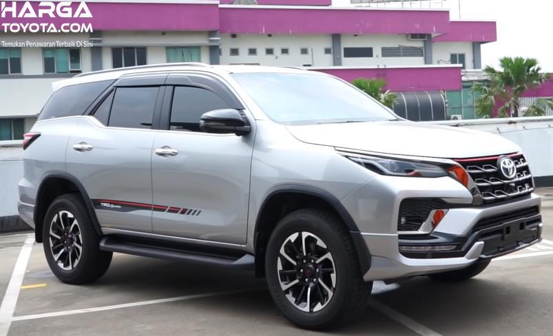 Gambar ini menunjukkan mobil Toyota Fortuner tampak samping