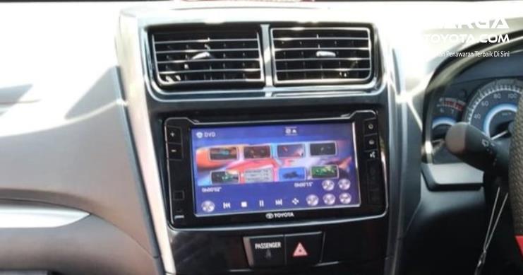 Gambar ini menunjukkan head unit mobil Toyota