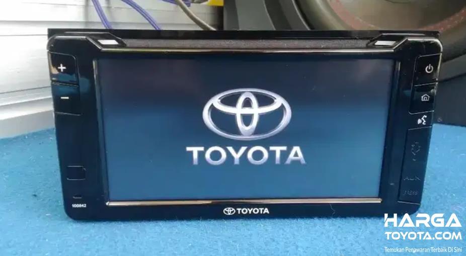 Gambar ini menunjukkan head unit pada mobil Toyota