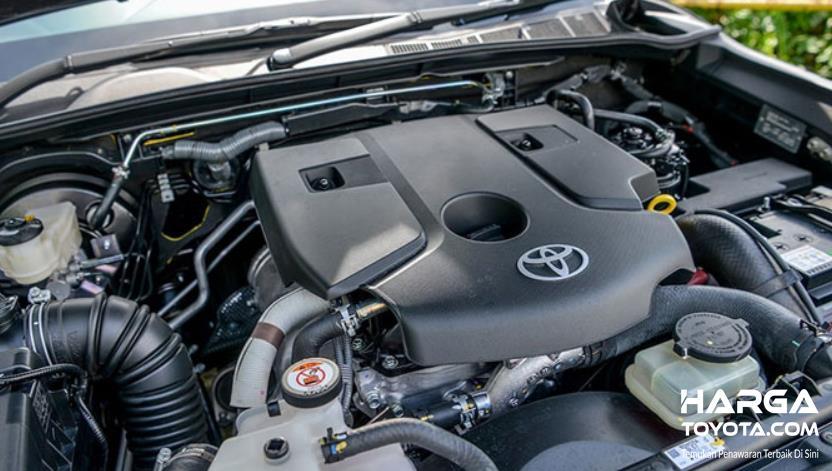 Gambar ini menunjukkan mesin pada mobil Toyota