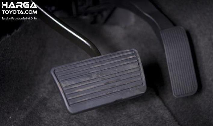 Gambar ini menunjukkan pedal gas dan rem pada mobil matic