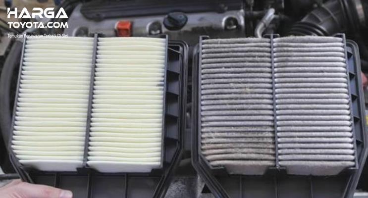 Gambar ini menunjukkan 2 filter udara pada mesin mobil kondisi kotor dan bersih