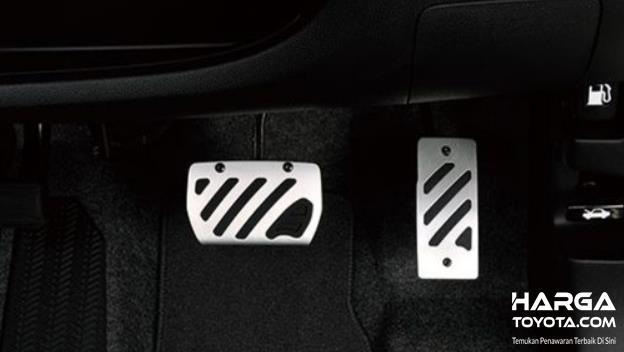 Gambar ini menunjukkan 2 pedal mobil matic