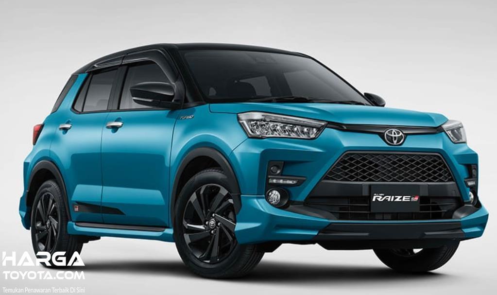Gambar ini menunjukkan Toyota Raize tampak depan dan sisi kanan