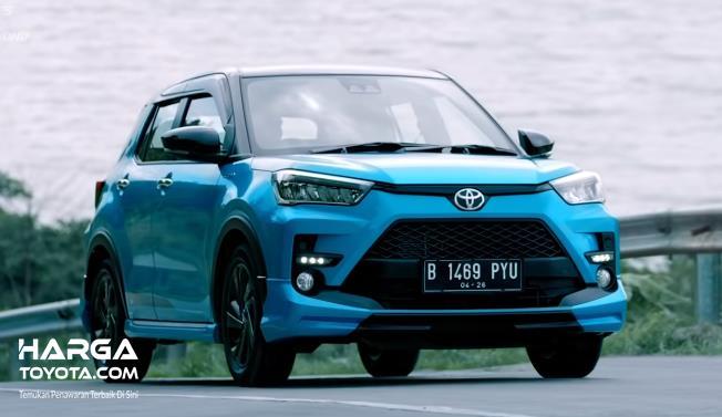 Gambar ini menunjukkan Toyota Raize tampak depan