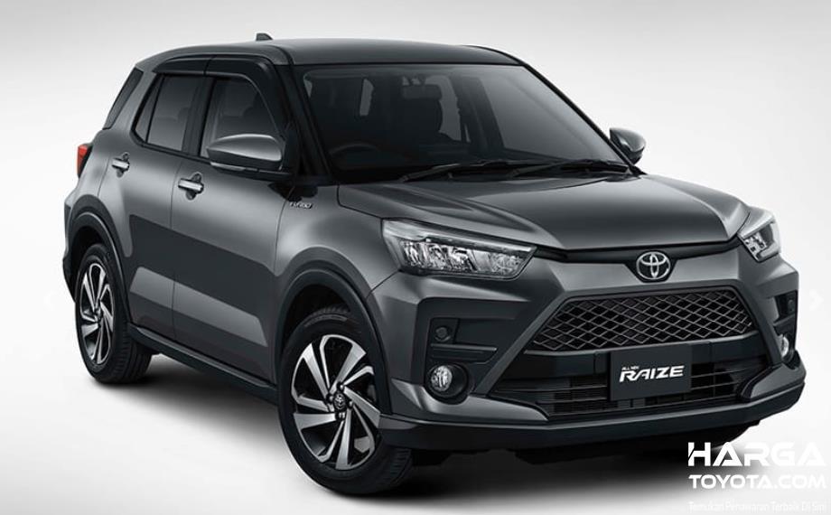 Gambar ini menunjukkan mobil Toyota Raize warna hitam tampak depan