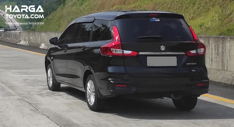 Gambar ini menunjukkan mobil melaju di jalan tol