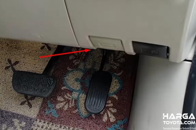Gambar ini menunjukkan tuas membuka kap mesin dan disampingnya pembuka tutup bensin