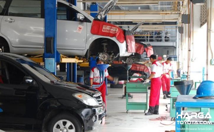 Gambar ini menunjukkan beberapa mobil diservis di bengkel resmi Toyota