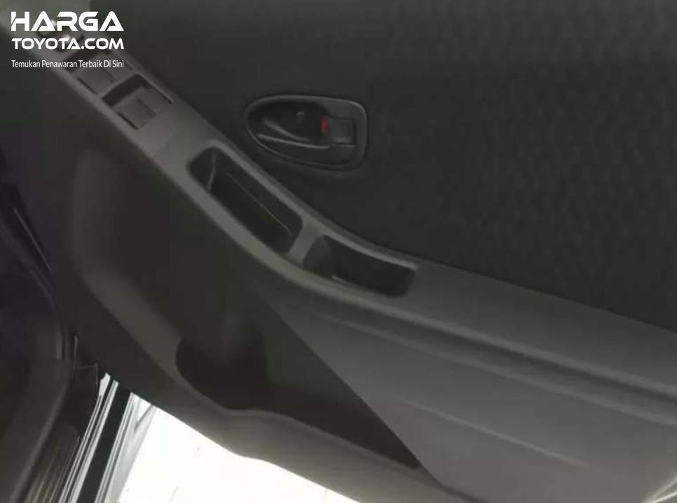 Gambar ini menunjukkan ruang penyimpanan pada door panel Toyota Yaris Generasi Pertama