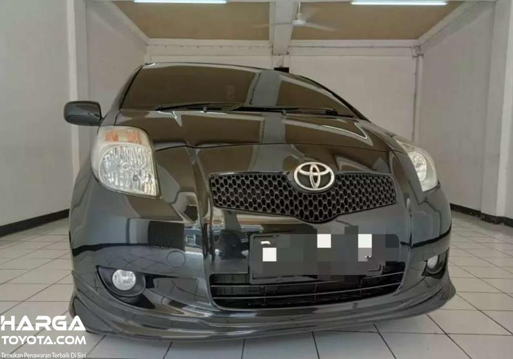 Gambar ini menunjukkan bagian depan Toyota Yaris Generasi Pertama