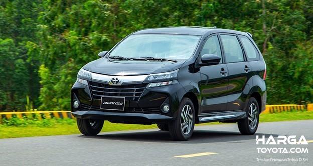 Gambar sebuah mobil Toyota Avanza berwarna abu-abu dilihat dari sisi depan