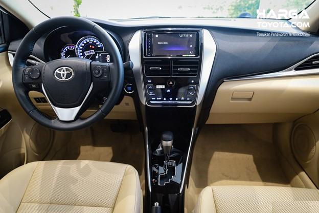 Gambar menunjukkan tampilan interior dari Toyota Vios