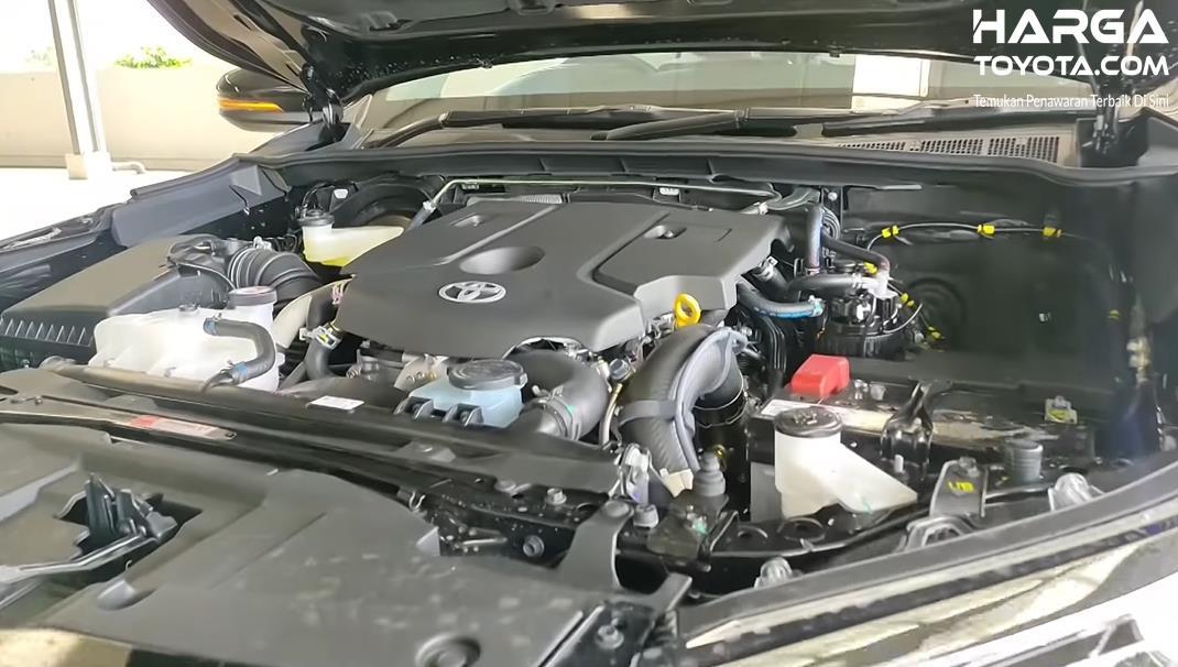 Gambar ini menunjukkan mesin Toyota Fortuner 2021