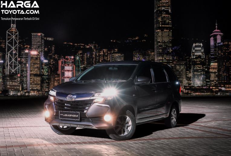 Gambar ini menunjukkan mobil Toyota Avanza tampak sisi depan
