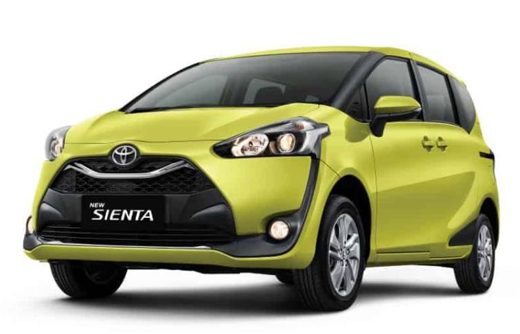 Gambar ini menunjukkan Toyota Sienta kuning  tampak depan