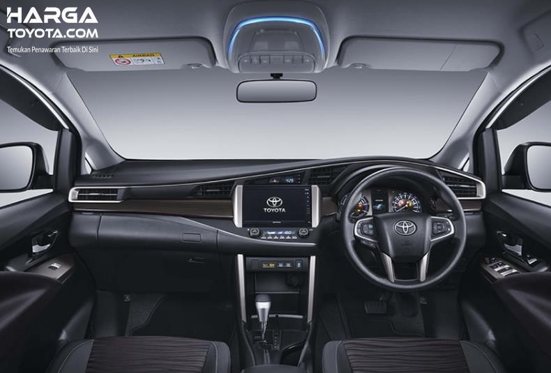 Gambar ini menunjukkan dashboard dan kemudi mobil Toyota Innova Venturer 2021