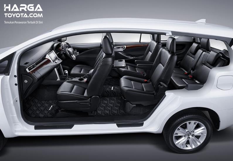 Gambar ini menunjukkan interior mobil Toyota Innova Venturer 2021