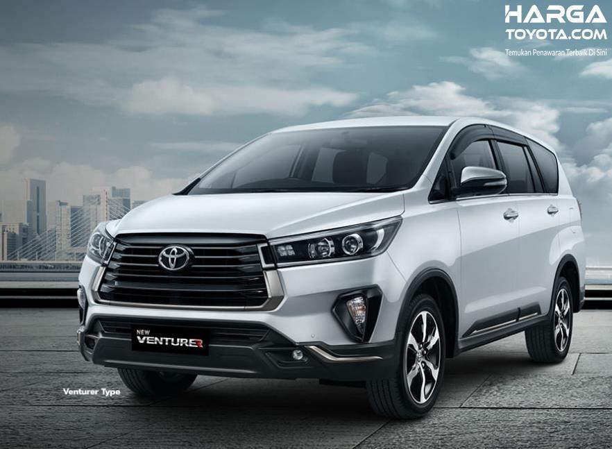 Gambar ini menunjukkan mobil Toyota Innova Venturer 2021 tampak depan