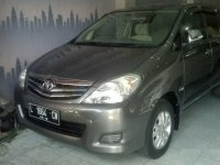 Dijual mobil Toyota Kijang Innova E Tahun 2009 siap pakai dan lengkapi surat